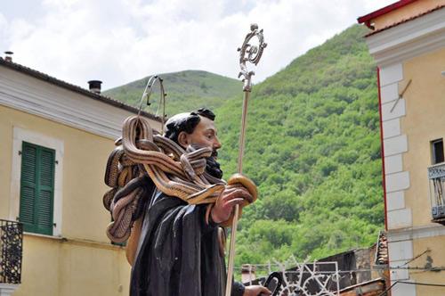 Cocullo-Abruzzo-festa-dei-serpari