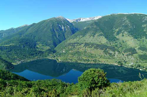 Lake-in-the-shape-of-heart-Abruzzo