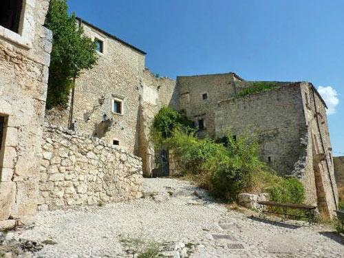 Rocca-Calascio-borgo