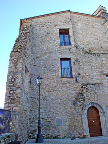 Center-Isernia-house-in-stone