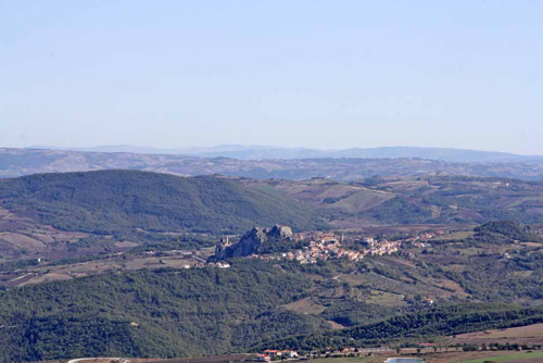 Common-Pietrabbondante-Isernia-with-background-hill