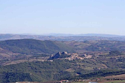 Comune-Pietrabbondante-Isernia-con-sfondo-collinare