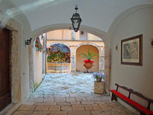 Palazzo-storico-in-pietra-corte-Isernia