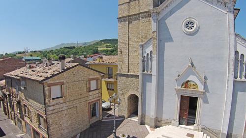 Chiesa-campanile-vista-aerea-Abruzzo