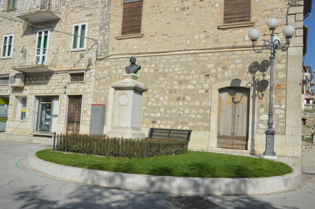 mmagine del monumento a Igino Petrone, personaggio famoso nato a Limosano 1873 e nmorto nel 1913