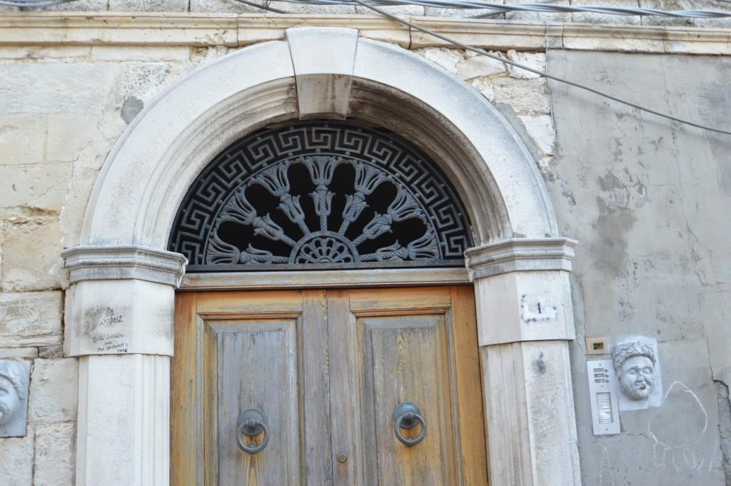 particolare-portone-antico-Italy